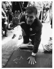 Mai 1985 Leicester square Chuck imprime ses mains dans le ciment à Londres.JPG